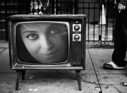 Fotomontaje en televisor antiguo